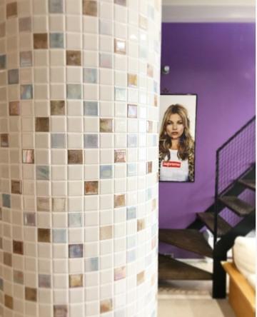 家の中央の柱に「おしゃれかわいいモザイクタイル」でアクセント